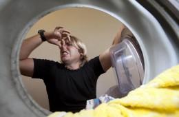 Выстиранное белье плохо пахнет: возможные причины и способы их устранения