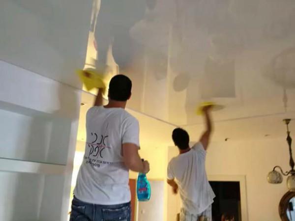 Мытье поверхности натяжного потолка