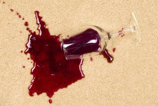 Разлитое на ковре вино