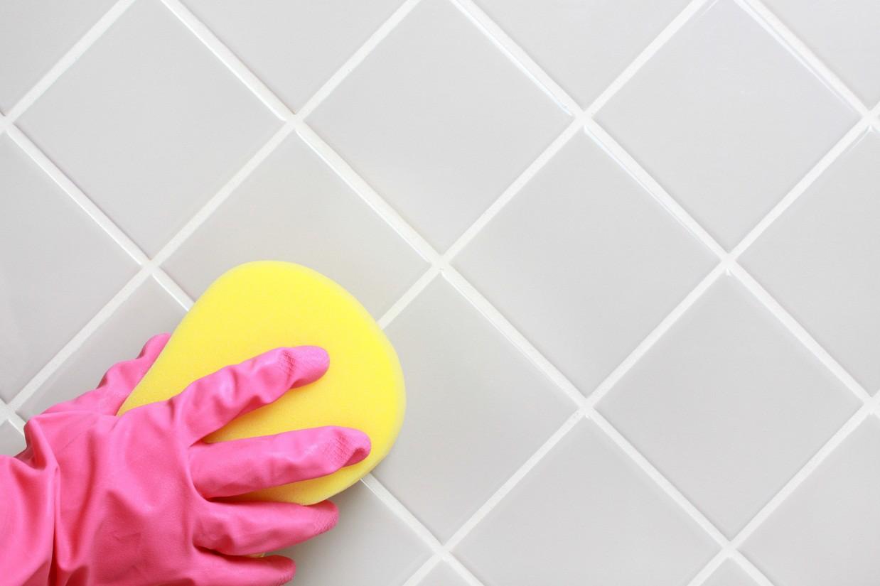 Чистим швы между плиткой в ванной комнате