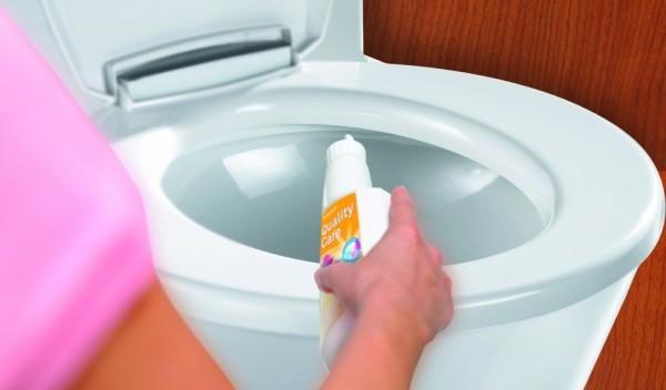 Использование средства для чистки унитаза