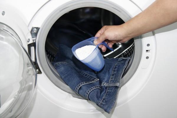 Добавление моющего средства для стирки джинсов