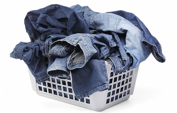 Джинсовая одежда в корзине