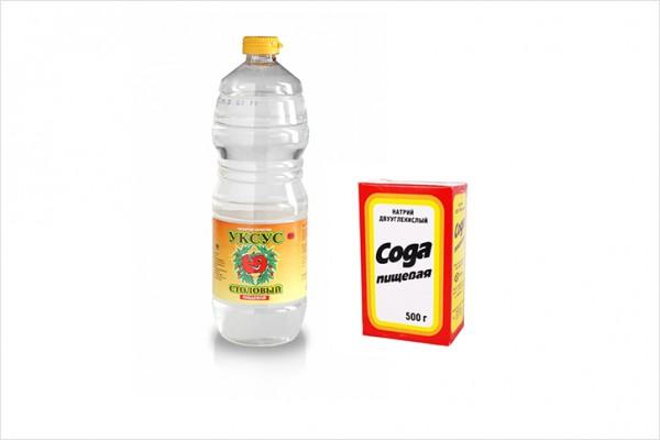 Бутылка уксуса и пачка соды