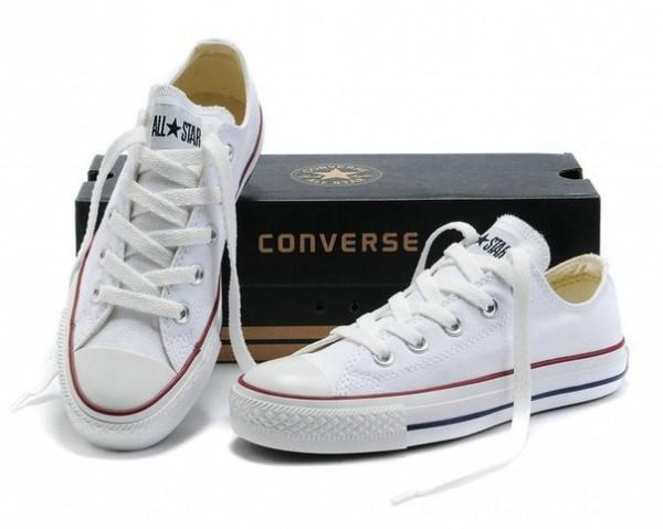 Кеды Converse белого цвета и обувная коробка