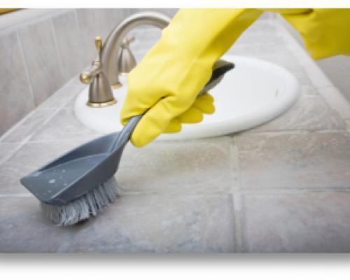 Зачистка места с грибком специальной щеткой