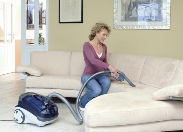 Обработка дивана пылесосом