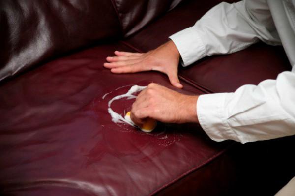 Чистка дивана с использованием специальных средств