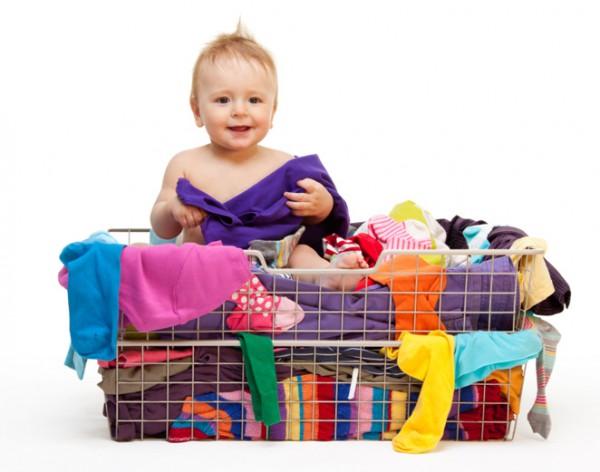 Ребенок в корзине в вещами