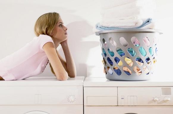 Девушка на стиральной машине и корзина с бельем