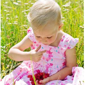 Ребенок ест малину