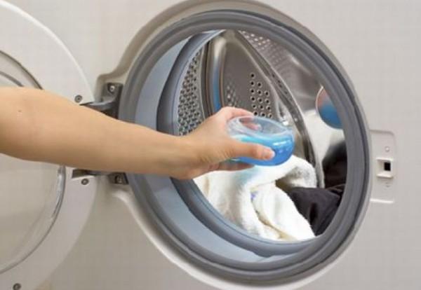 Добавление моющего средства в барабан стиральной машины