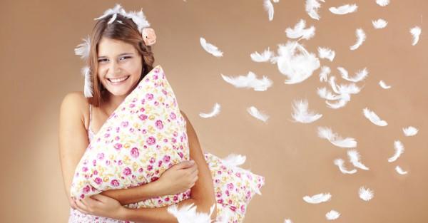 Девушка с перьевой подушкой в руках