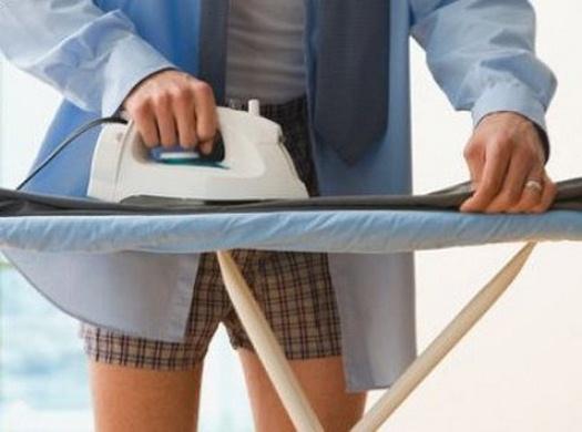 Мужчина за глажкой брюк