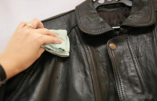 Удаление жирных пятен с кожаной куртки