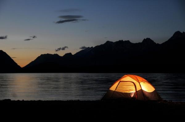 Палатка в вечернее время на берегу реки