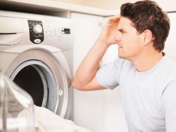 Мужчина возле стиральной машины