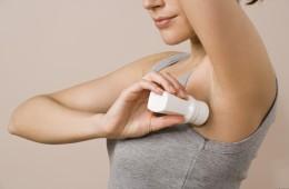 Пятна от дезодоранта: как их удалить?