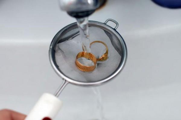Два кольца под струей воды