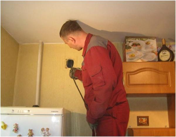 Мужчина проверяет вентиляцию